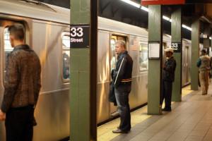 People stand on a platform waiting to get on the subway, on 33rd steet, New York. Nov 11, 2008. Photo by Kobi Gideon / FLASH90.   *** Local Caption *** ðéå éåø÷ àøöåú äáøéú àîøé÷ä îðäèï øçåá ðåó òéøåðé øëáú úçúéú ñàáååé øöéó